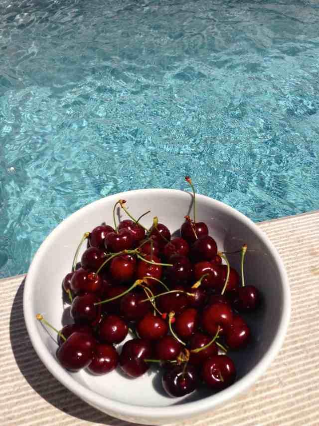 taça cerejas piscina